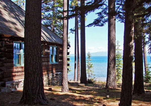 1024px-Cabin_in_the_Trees,_Lake_Tahoe,_CA_8-10_(17463717641)